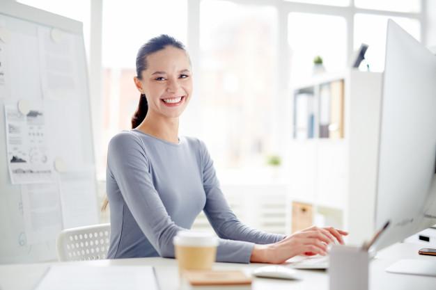 Assistente amministrativo sanitario lavora al computer