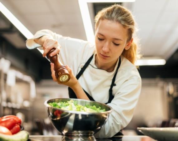 Green chef donna cucina verdure