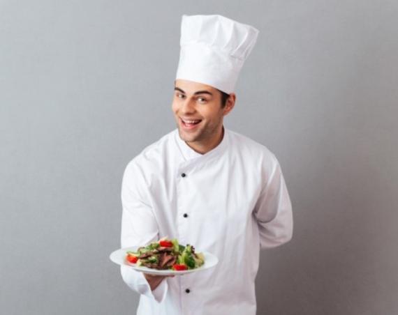cuoco mostra un piatto