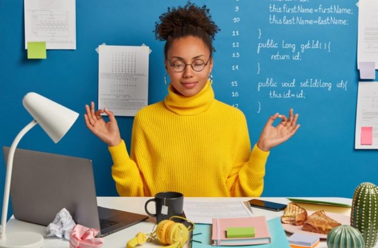 ragazza medita per evitare lo stress da lavoro