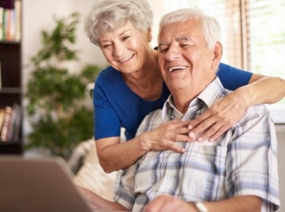 anziani usano il tablet per allenare la mente