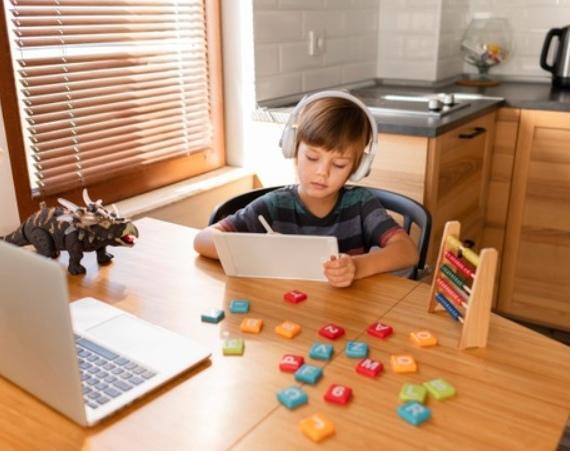 bambino studia in DAD