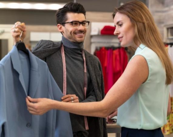 personal shopper mostra una giacca